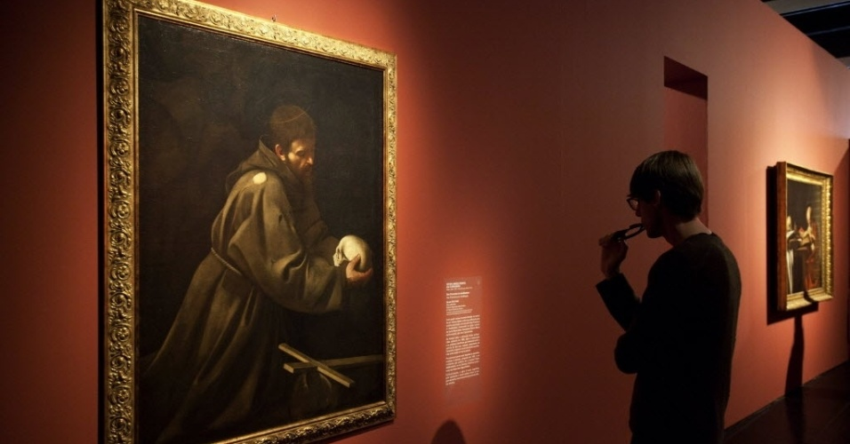 2.ago.2012 - Jovem observa obra do artista barroco Caravaggio, em exposi&#231;&#227;o no Masp, em S&#227;o Paulo