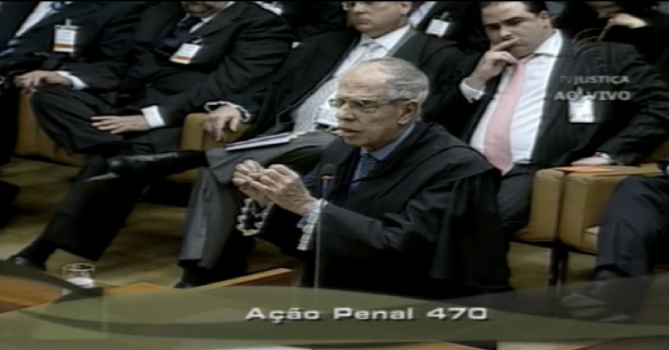 2.ago.2012 - O advogado Márcio Thomaz Bastos pede a palavra logo no início do julgamento do escândalo do mensalão, no Supremo Tribunal Federal. Ele defende o ex-executivo do Banco Rural José Roberto Salgado e pediu o desmembramento do processo