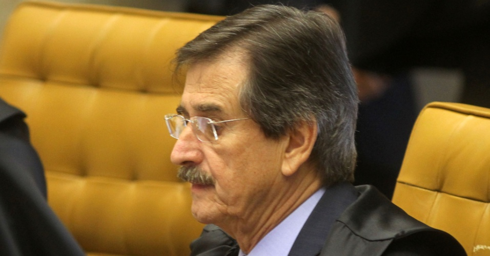 2.ago.2012 - O ministro Cezar Peluso, um dos 11 ministros do Supremo que votar&#227;o no caso do mensal&#227;o, participa da sess&#227;o. Os ministros votaram pelo indeferimento do pedido inicial dos advogados, que queriam o desmembramento do processo para que os r&#233;us respondessem na Justi&#231;a separadamente