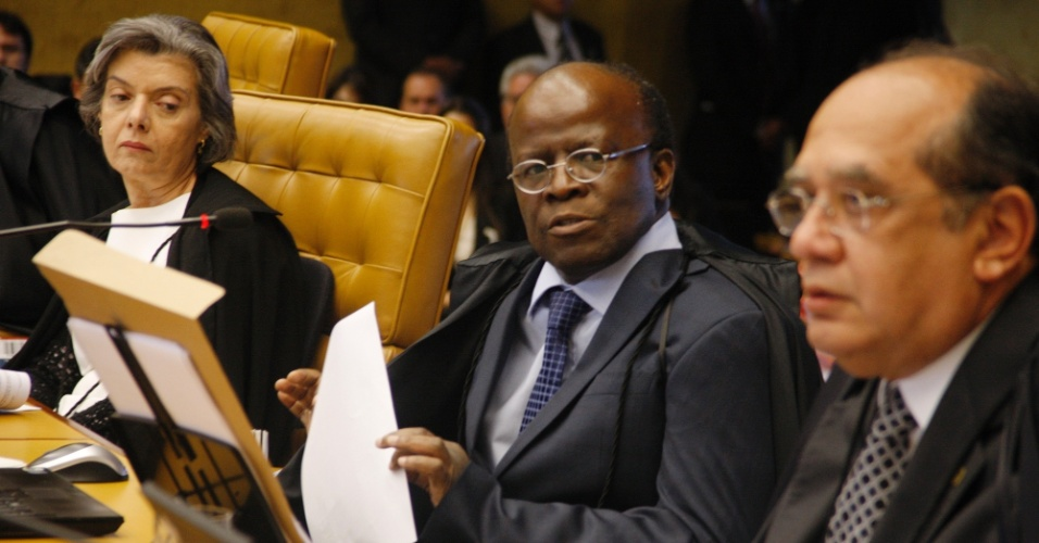 2.ago.2012 - O ministro Joaquim Barbosa, relator do processo do mensal&#227;o, ao lado dos colegas Gilmar Mendes e Carmen L&#250;cia. Come&#231;ou nesta quinta-feira (2), no Supremo Tribunal Federal (STF), em Bras&#237;lia, o julgamento dos envolvidos no esc&#226;ndalo do mensal&#227;o