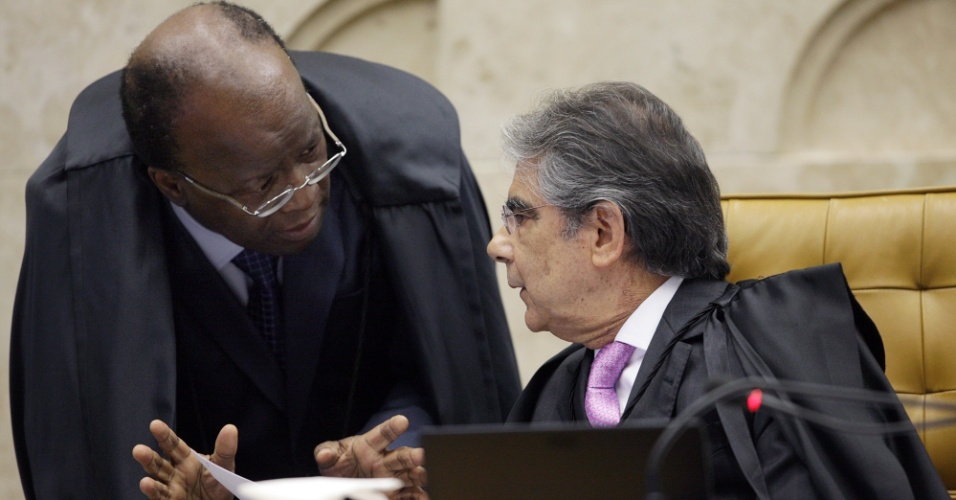 2.ago.2012 - O ministro Joaquim Barbosa, relator do processo do mensal&#227;o, conversa com o ministro que preside a sess&#227;o, Ayres Britto. Come&#231;ou nesta quinta-feira (2) no Supremo Tribunal Federal (STF), em Bras&#237;lia, o julgamento dos envolvidos no esc&#226;ndalo do mensal&#227;o