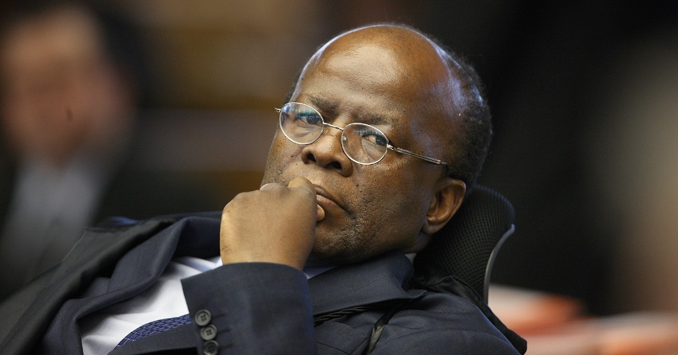 2.ago.2012 - O ministro Joaquim Barbosa, relator do processo do mensal&#227;o, questionou o porqu&#234; dos advogados pedirem o desmembramento a essa altura do processo. Ele disse que discutir a quest&#227;o novamente amea&#231;a a credibilidade do Supremo. Come&#231;ou nesta quinta-feira (2), no Supremo Tribunal Federal (STF), em Bras&#237;lia, o julgamento dos envolvidos no esc&#226;ndalo do mensal&#227;o