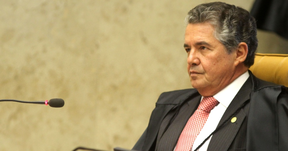 2.ago.2012 - O ministro Marco Aur&#233;lio Mello, um dos 11 ministros do Supremo que votar&#227;o no caso do mensal&#227;o, presta aten&#231;&#227;o &#224; sess&#227;o. Come&#231;ou nesta quinta-feira (2), no Supremo Tribunal Federal (STF), em Bras&#237;lia, o julgamento dos envolvidos no esc&#226;ndalo do mensal&#227;o