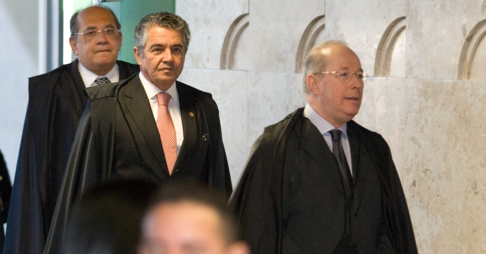2.ago.2012 - Os ministros Celso de Mello, Marco Aur&#233;lio de Melo e Gilmar Mendes chegam ao plen&#225;rio do Supremo Tribunal Federal (STF)