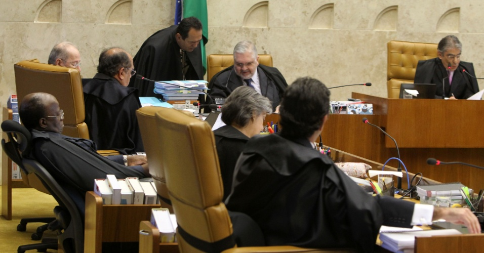 2.ago.2012 - Os ministros do Supremo aguardam o in&#237;cio da sess&#227;o. Come&#231;ou nesta quinta-feira (2) no Supremo Tribunal Federal (STF), em Bras&#237;lia, o julgamento dos envolvidos no esc&#226;ndalo do mensal&#227;o