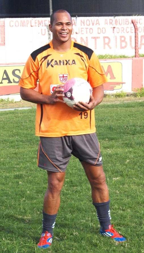Aloísio Chulapa brinca com a bola durante treinamento do CRB