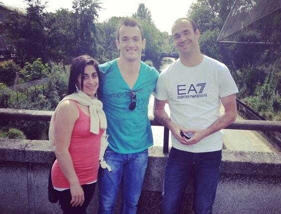 Após participação nos Jogos Olímpicos, ginastas Daniele e Diego Hypólito passeiam com a família, em Londres. Na foto acima, eles estão ao lado do irmão Edson.