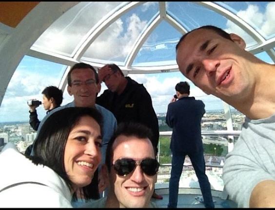 Após participação nos Jogos Olímpicos, ginastas Daniele e Diego Hypólito passeiam com a família, em Londres. Na foto, eles aparecem com o irmão Edson.