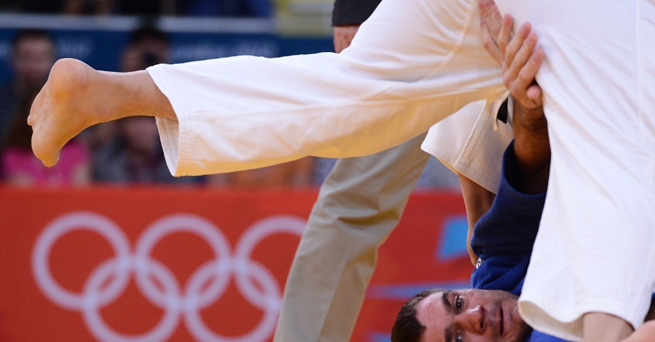 Atleta fica com as mãos em lugar pouco convencional durante luta da categoria até 100 kg do judô na Olimpíada de Londres (02/08/2012)