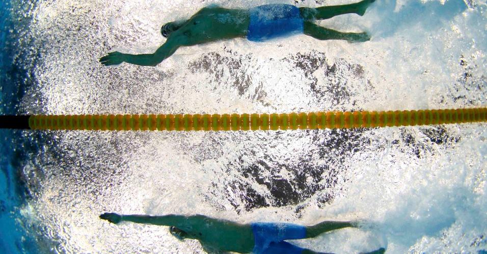 Bruno Fratus, acima, e Cesar Cielo nadam bateria das eliminatórias dos 50 m livre em Londres