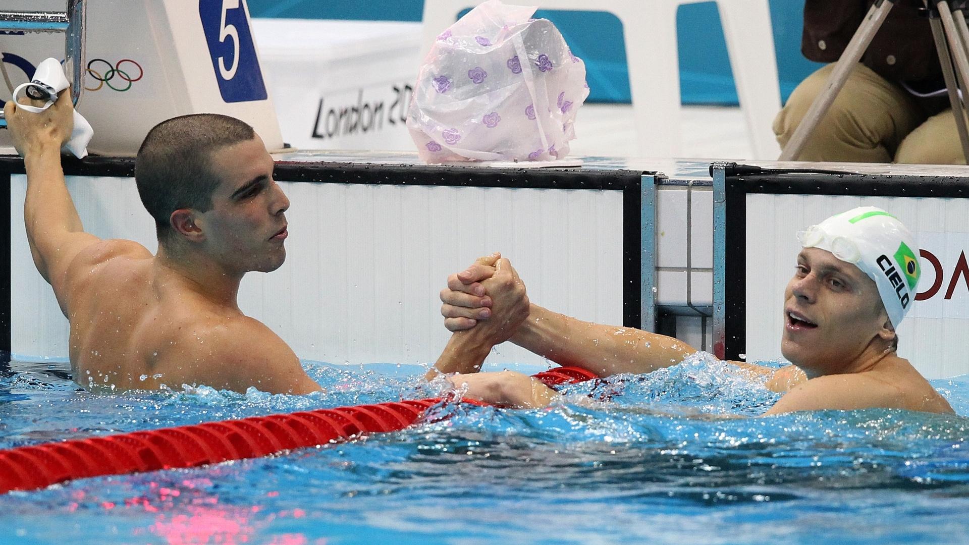 Bruno Fratus e Cesar Cielo se cumprimentam após dobradinha na eliminatória dos 50 m livre