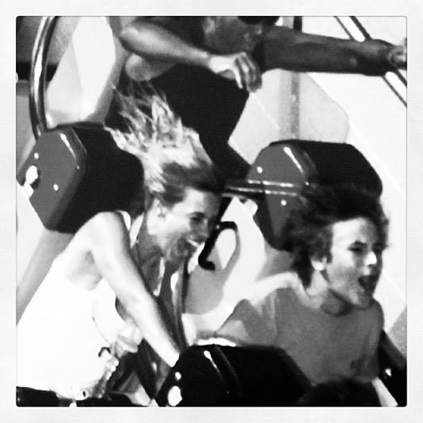 Carolina Dieckmann divulga imagem em que aparece na montanha-russa com o filho (2/8/2012)