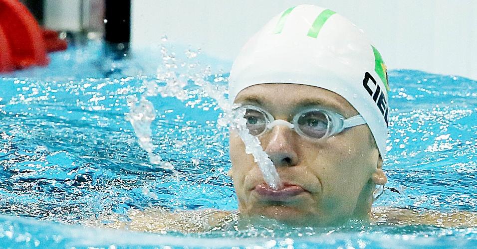 César Cielo cospe água após chegar na primeira colocação nas semifinais e sua melhor prova, os 50 m livre