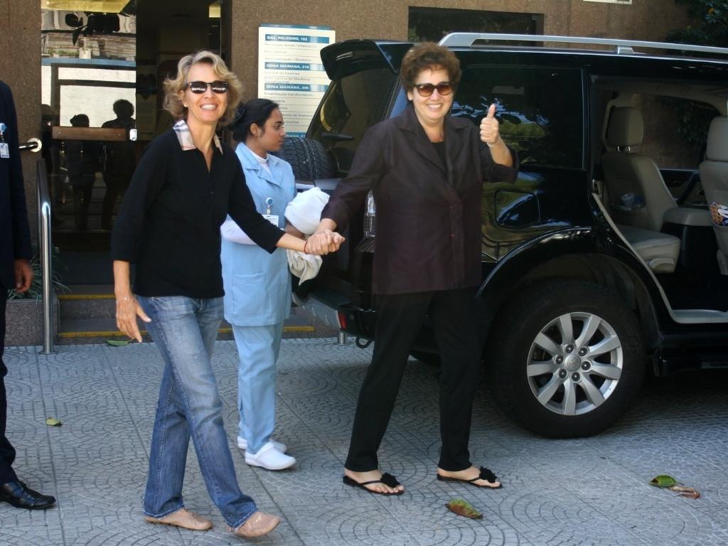 Claudia Jimenez sai de hospital de mãos dadas com a ex-namorada Stella Torreão, no bairro de Botafogo, Rio de Janeiro (3/8/12)