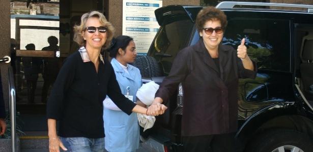 Claudia Jimenez sai de hospital de mãos dadas com a sócia Stella Torreão, no bairro de Botafogo, Rio de Janeiro (3/8/12)