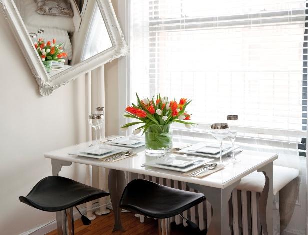 Flores frescas, espelho estrategicamente posicionado: o design de interiores milimetricamente estruturado