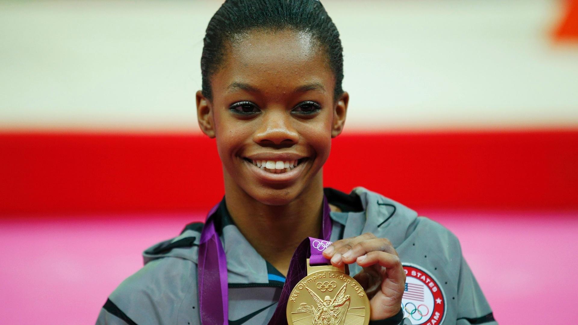 Gabby Douglas mostra a medalha de ouro que conquistou na final individual geral da ginástica artística