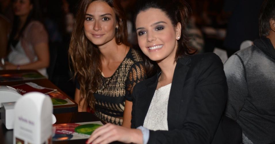 Giovanna Lancellotti e Thaila Ayala no show em que Sandy canta músicas de Michael Jackson no
