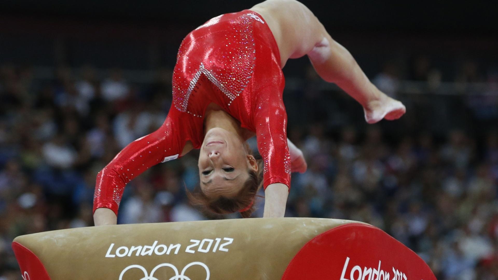 Italiana Vanessa Ferrari 'ataca' a mesa em seu salto na final feminina individual geral desta quinta-feira