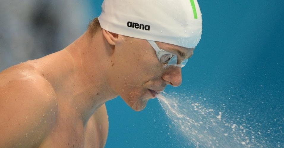 Nadador brasileiro Cesar Cielo cospe água antes da semifinal dos 50 m livre