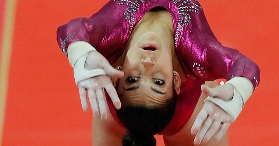 Norte-americana Alexandra Raisman passa pelo salto na final individual geral da ginástica artística em Londres
