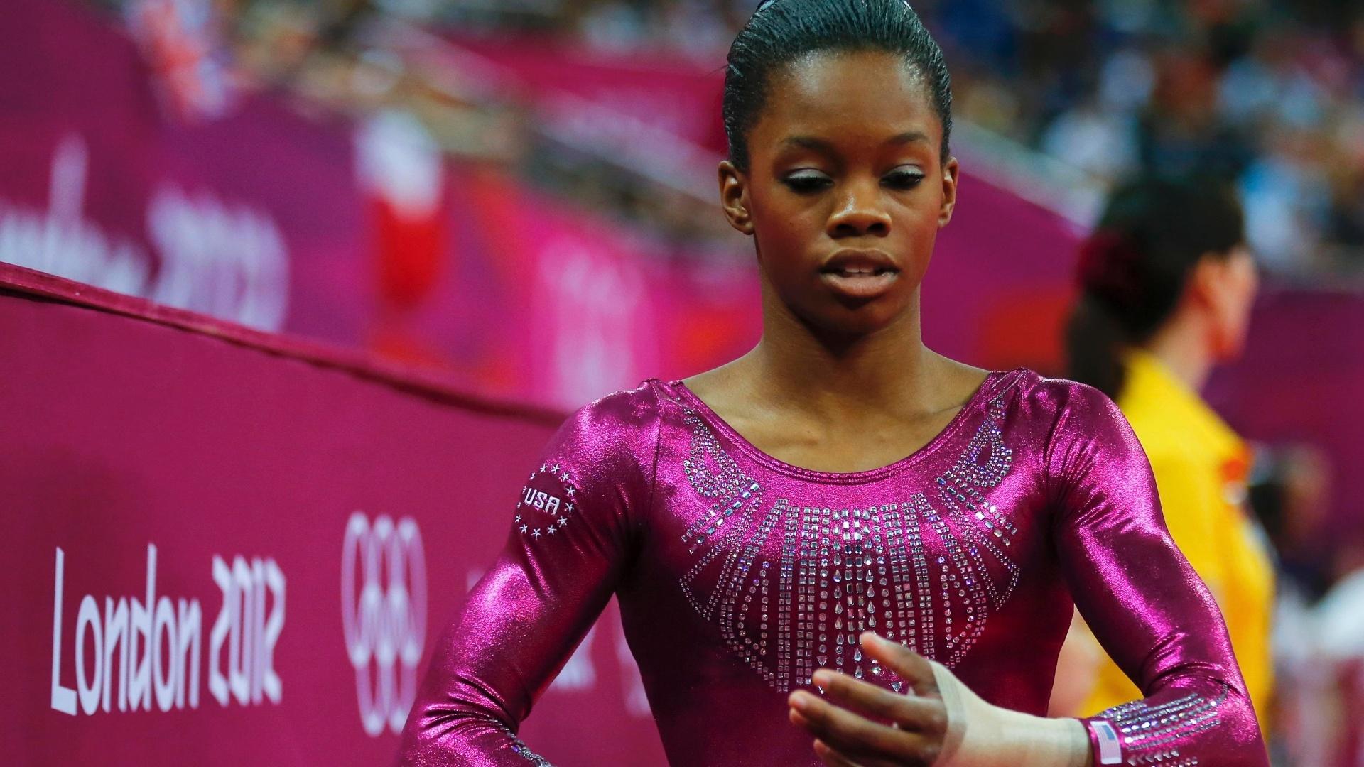 Norte-americana Gabrielle Douglas tira as bandagens das mãos após fazer bom salto na final individual geral da ginástica artística