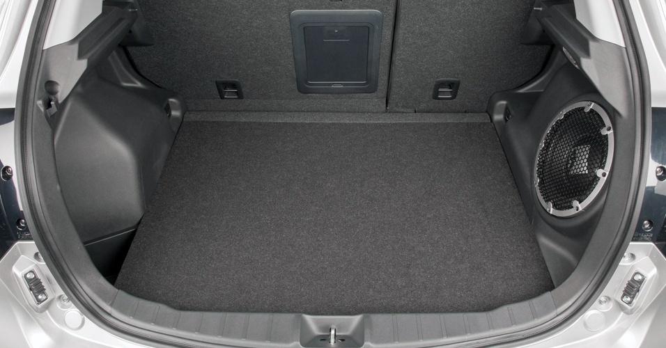 O porta-malas do ASX continua com os bons 409 litros de capacidade (até a tampa) ou 605 litros (se a medida considerada for até o teto)