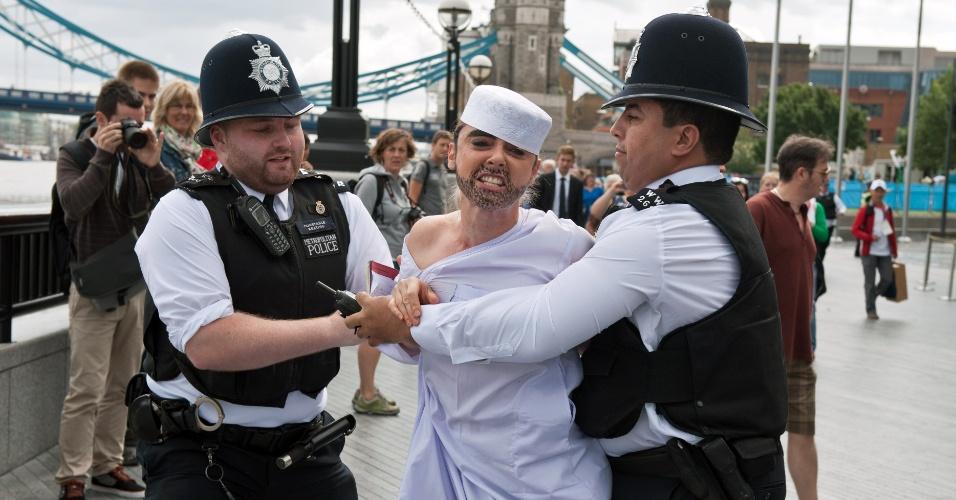 O protesto do Fêmen nesta quinta-feira em Londres foi contra um suposto apoio do Comitê Olímpico Internacional aos regimes islâmicos (02/08/2012)