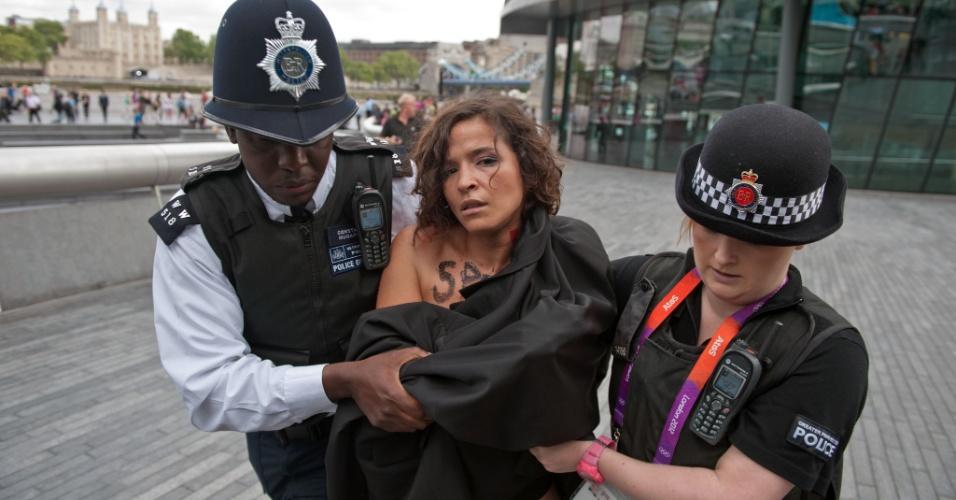 O protesto do Fêmen nesta quinta-feira foi próximo da Tower Bridge, um dos principais pontos turísticos de Londres (02/08/2012)