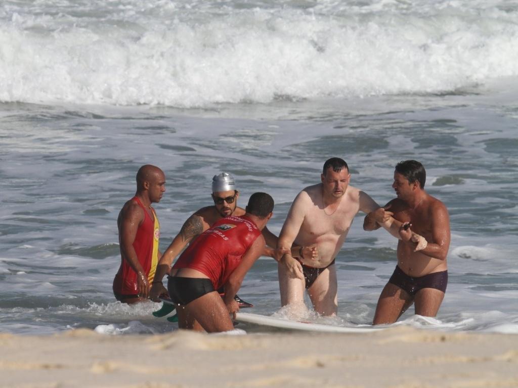 Paulinho Vilhena ajudou no resgate de um banhista na praia do Recreio, zona oeste do Rio (2/8/12)