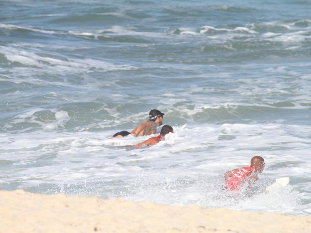 Paulinho Vilhena entrou no mar acompanhado de outros dois salva-vidas (2/8/12)