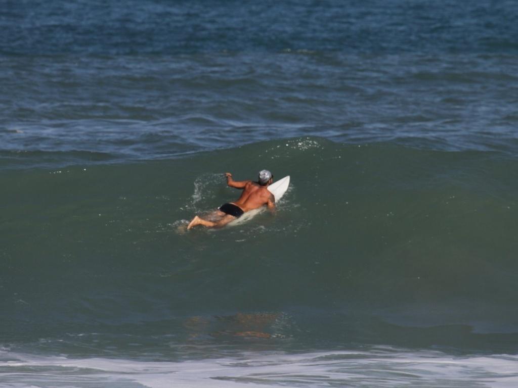 Paulinho Vilhena entrou no mar para ajudar no resgate de uma banhista na praia do Recreio, zona oeste do Rio (2/8/12)