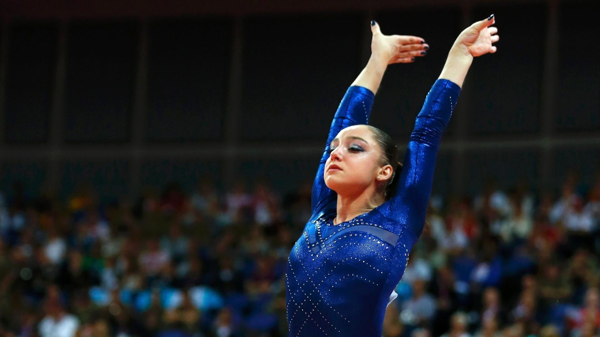 Russa Aliya Mustafina faz sua saída após um bom salto no início da final desta quinta-feira em Londres