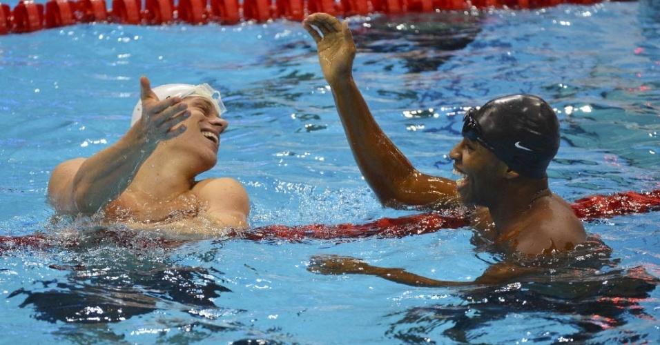 Sorridentes, Cesar Cielo e Cullen Jones se cumprimentam após terminarem em 1º na semifinal dos 50 m livre