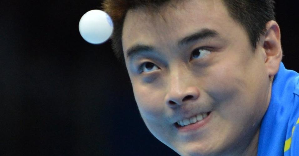 Wang Hao, mesa-tenista chinês observa a bola durante saque no jogo contra o compatriota Zhang Jike