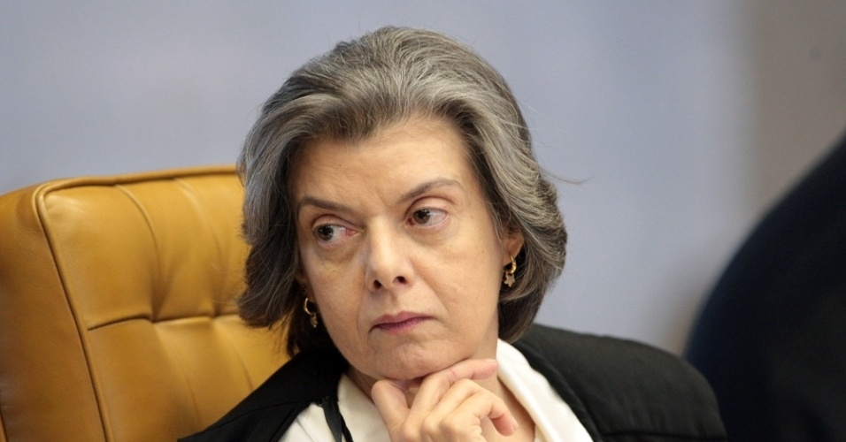 3.ago.2012 - A ministra C&#225;rmem L&#250;cia presta aten&#231;&#227;o &#224; argumenta&#231;&#227;o do procurador-geral da Rep&#250;blica, Roberto Gurgel, no segundo dia do julgamento do caso do mensal&#227;o. A acusa&#231;&#227;o pode levar at&#233; cinco horas, por isso o plen&#225;rio fez uma pausa no meio da tarde