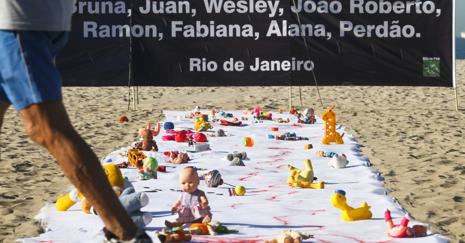 3.ago.2012 - A ONG Rio de Paz realizou um protesto, na manh&#227; desta sexta-feira (3), nas areias da praia de Copacabana, contra a morte de crian&#231;as em opera&#231;&#245;es policiais no Rio de Janeiro. Um len&#231;ol branco de 30 metros de comprimento foi estendido na areia, manchado de tinta vermelha e repleto de brinquedos doados por crian&#231;as de favelas e bairros de classe m&#233;dia da cidade