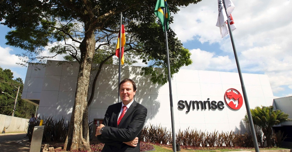 3.ago.2012 - Heinz-Jurgen Bertram, diretor-executivo da alem&#227; Symrise AG, posa para foto em frente ao novo Centro de Excel&#234;ncia da empresa na Granja Viana (40 km de S&#227;o Paulo), nesta quinta-feira (2). A Symrise, produtora de fragr&#226;ncias e outros produtos cosm&#233;ticos, investiu aproximadamente R$ 30 milh&#245;es em sua nova f&#225;brica no Brasil 