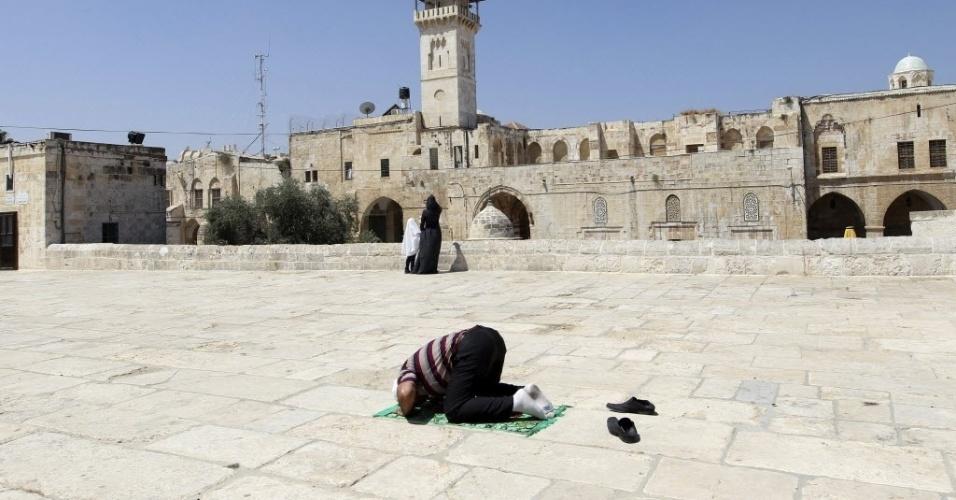 3.ago.2012 - Homem faz orações nos arredores da mesquista de Al Aqsa, em Jerusalém, nesta sexta-feira, durante o Ramadã, o mês sagrado do Islamismo