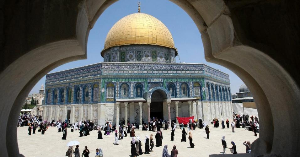 3.ago.2012 - Imagem mostra o movimento em frente à mesquita Al-Aqsa, em Jerusalém, durante a terceira sexta-feira do mês sagrado do Ramadã