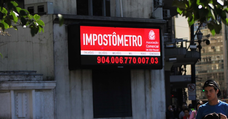 3.ago.2012 - Impost&#244;metro atinge a marca de R$ 904 bilh&#245;es de impostos federais, estaduais e municipais, arrecadados pelos brasileiros, na rua Boa Vista, centro de S&#227;o Paulo