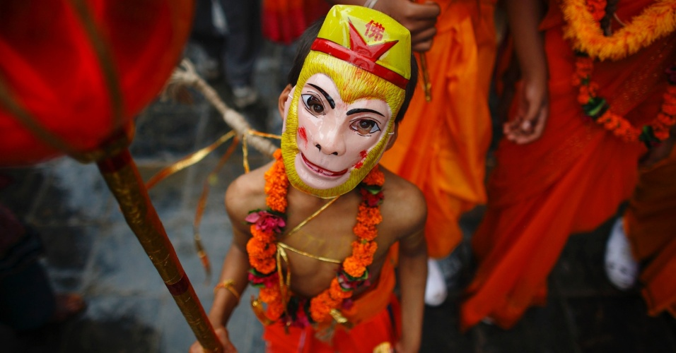 3.ago.2012 - Menino vestido como o deus hindu Hanuman participa do festival Gaijatra - tamb&#233;m conhecido como festival das vacas - em Katmandu, no Nepal