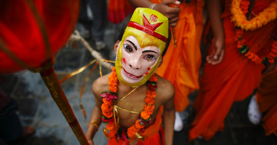 3.ago.2012 - Menino vestido como o deus hindu Hanuman participa do festival Gaijatra - tamb&#233;m conhecido como festival das vacas - em Katmandu, no Nepal, nesta sexta-feira (3). Nesta celebra&#231;&#227;o, hindus pedem paz aos parentes que morreram. A vaca &#233; um animal sagrado no Nepal
