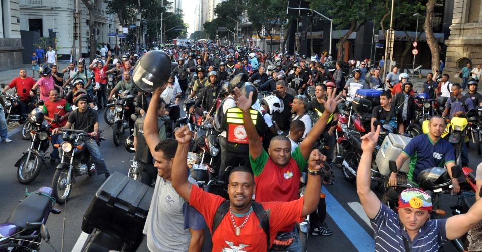 3.ago.2012 - Motoboys realizaram uma manifesta&#231;&#227;o no centro do Rio de Janeiro, da pra&#231;a da Bandeira at&#233; a av. Presidente Vargas. Eles protestaram contra as novas regras de seguran&#231;a criadas pelo Conselho Nacional de Tr&#226;nsito