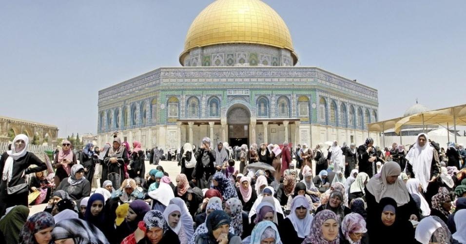 3.ago.2012 - Mulheres palestinas celebram o Ramadã nos arredores da mesquista de Al Aqsa, em Jerusalém, nesta sexta-feira