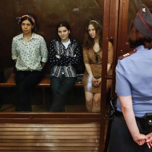 """Nadezhda Tolokonnikova (esq), Yekaterina Samutsevich (c) e Maria Alyokhina, da banda """"Pussy Riot"""", acompanham julgamento em Moscou"""