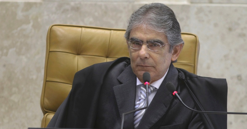 3.ago.2012 - O ministro que preside o julgamento, Carlos Ayres Britto, escuta a acusa&#231;&#227;o do procurador-geral, Roberto Gurgel, no segundo dia do julgamento do caso do mensal&#227;o. Para Gurgel, o ex-ministro Jos&#233; Dirceu foi idealizador e protagonista do mensal&#227;o