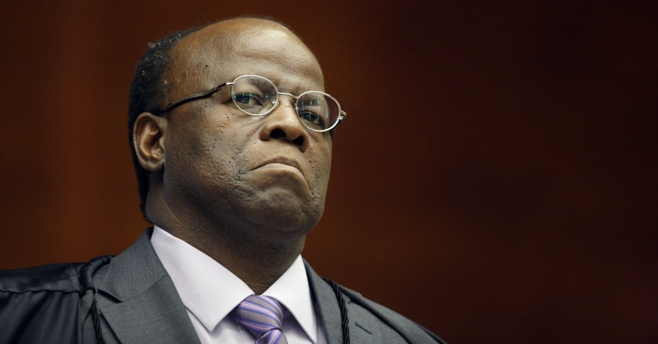 3.ago.2012 - O ministro-relator do processo, Joaquim Barbosa, ouve a acusa&#231;&#227;o do procurador-geral, Roberto Gurgel, no segundo dia do julgamento do caso do mensal&#227;o