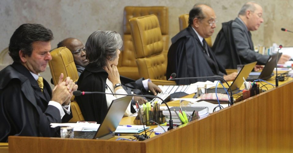3.ago.2012 - Os ministros do Supremo Tribunal Federal (STF) escutam a acusa&#231;&#227;o do procurador-geral, Roberto Gurgel, no segundo dia do julgamento do caso do mensal&#227;o.Para Gurgel, o ex-ministro Jos&#233; Dirceu foi idealizador e protagonista do mensal&#227;o