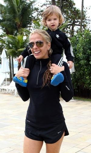 Adriane Galisteu carrega o filho Vittorio no pescoço durante viagem para resort no Guarujá. O menino, que completa dois anos neste sábado (4), é fruto da relação da apresentadora com o empresário Alexandre Iódice (3/8/2012)